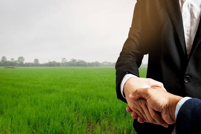 握手を交わす不動産業者と顧客