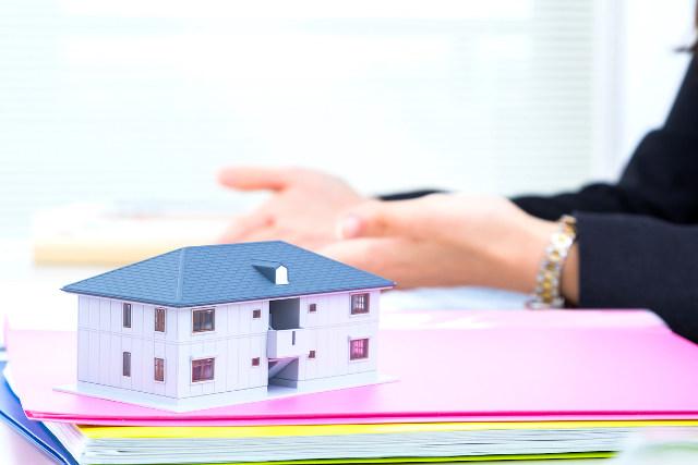 ファイルの上に置かれている家の模型