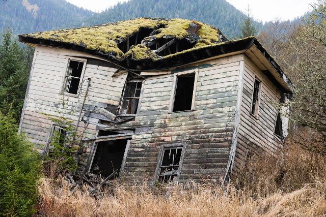 壊れそうな古い家